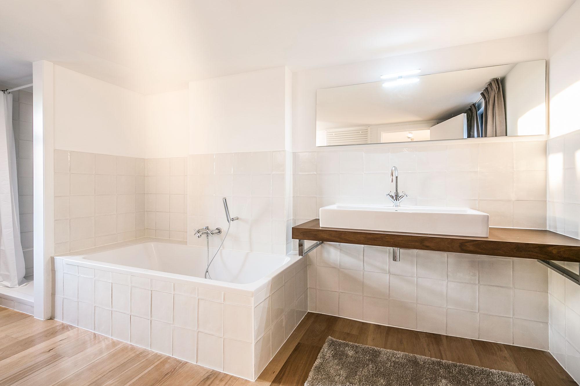 vakantiehuis te huur - badkamer met ligbad en douche
